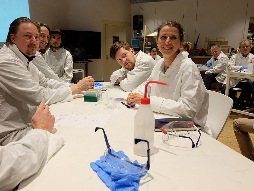 Het Praktikum participants during CRISPR experiment